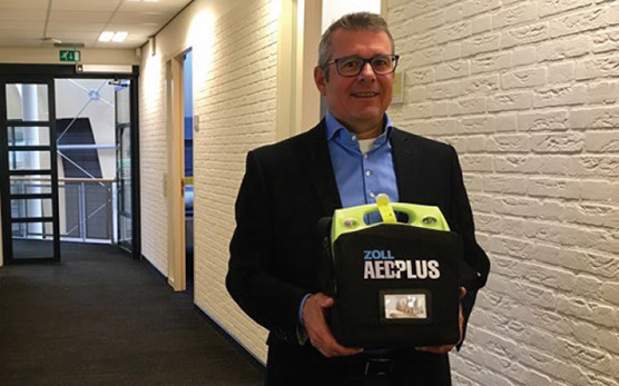 Jo Steinbusch with the ZOLL AED Plus that saved his life.
